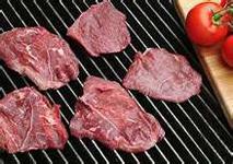 岩塩による味付けステーキ